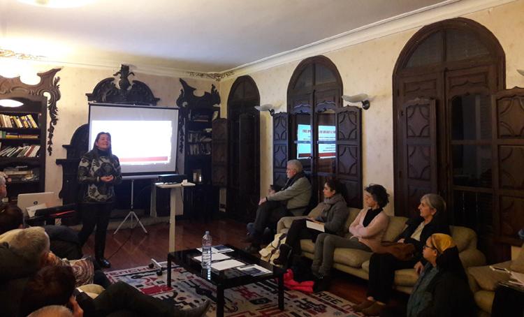 Ángela Buitrago, a la izquierda de la imagen, ofreciendo la charla.