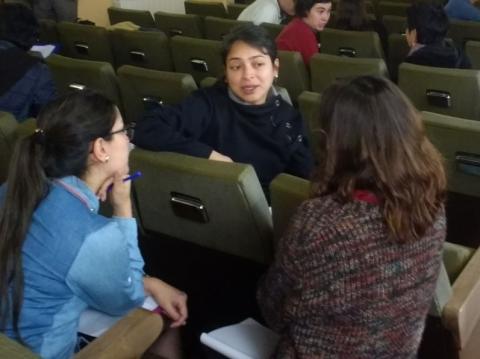Tres participantes del seminario sobre realización de entrevistas.